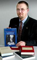 TW und sein erstes Buch, wie ihn die Westfalenpost 2003 sah :-)