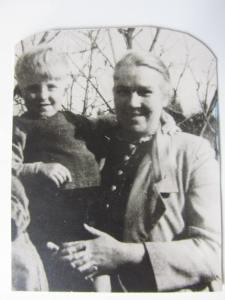 Papa (?) mit seiner Mutter (?), Photo aus seiner Brieftasche.